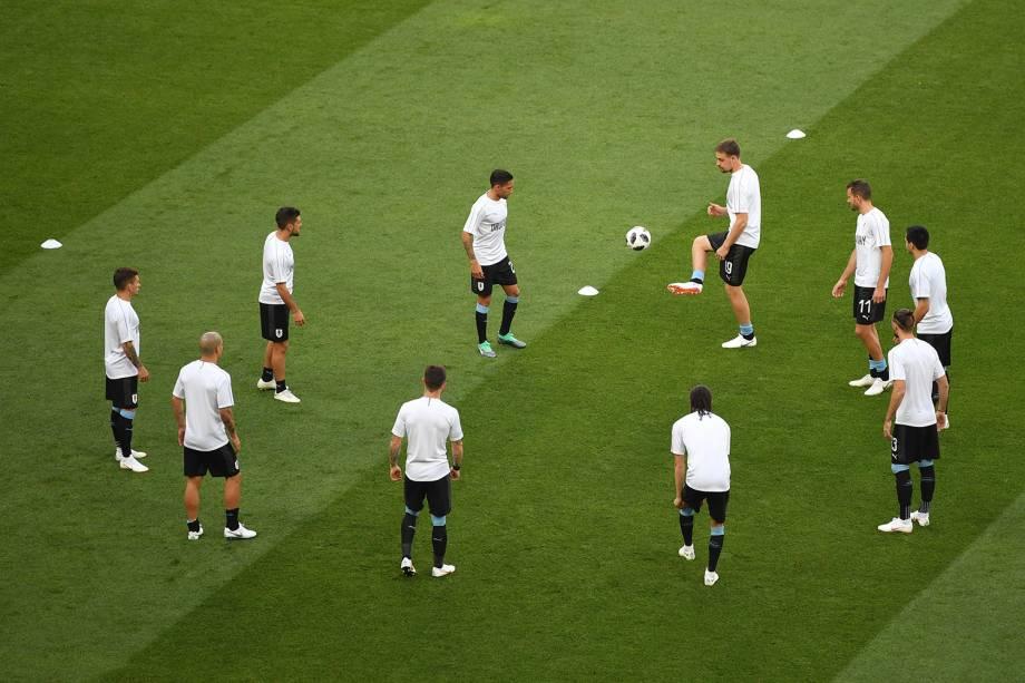 Jogadores do Uruguai trocam passes durante o aquecimento para a partida contra a Arábia Saudita, no estádio Rostov Arena