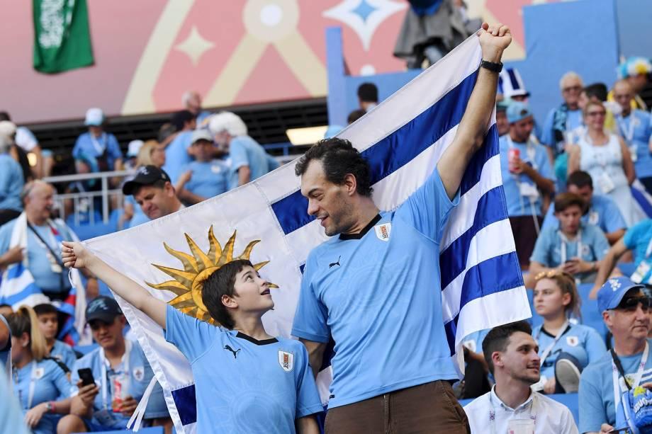 Torcedores do Uruguai seguram uma bandeira antes do início da partida contra a Arábia Saudita, válida pelo Grupo B