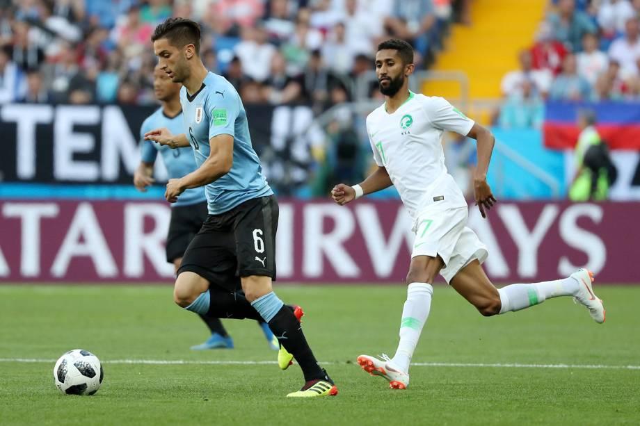 Rodrigo Bentancur, do Uruguai, é marcado pelo saudito Salman Al-Faraj