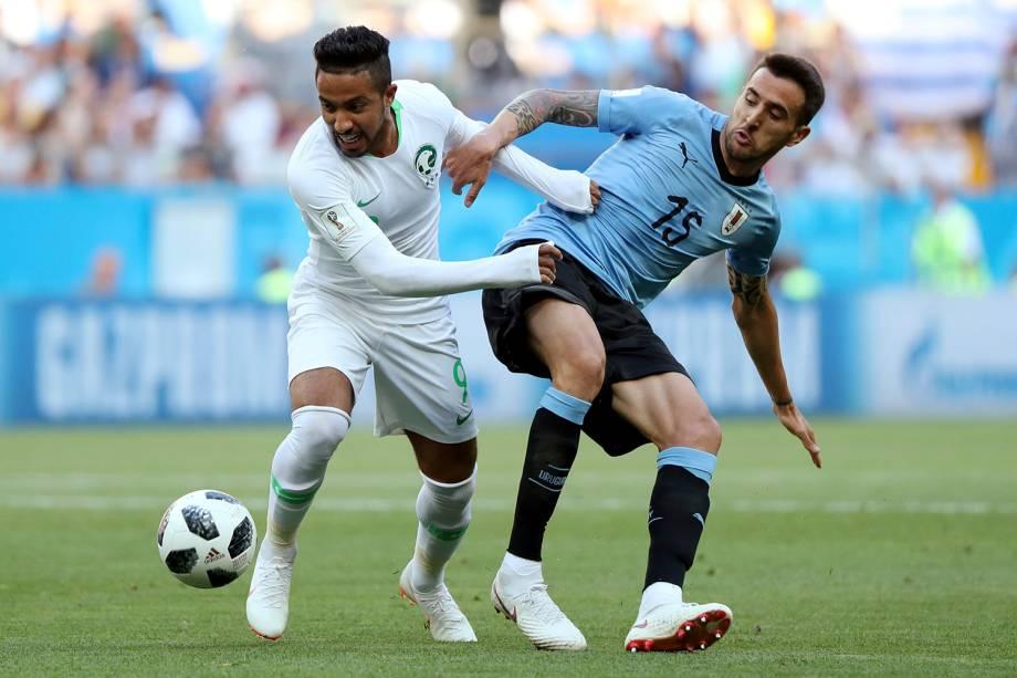 Hattan Bahebri, da Arábia Saudita, em ação contra o uruguaio Matias Vecino