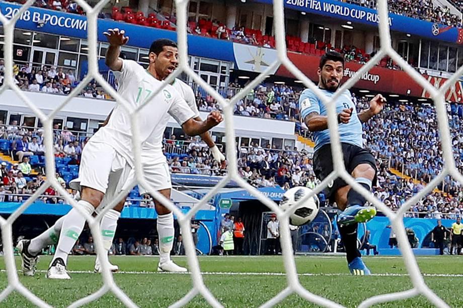 O atacante uruguaio Luis Suarez marca o primeiro gol da partida após a cobrança de um escanteio
