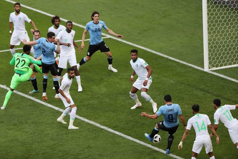 Luis Suarez, do Uruguai, marca um gol na entrada da pequena área após a cobrança de escanteio