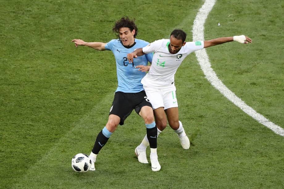 Edinson Cavani, do Uruguai, recebe falta ao proteger a bola de Abdullah Otayf, da Arábia Saudita