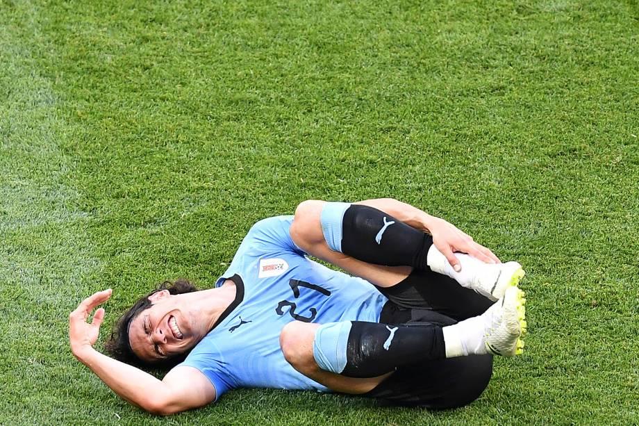 O atacante uruguaio, Edinson Cavani, reage após receber uma falta