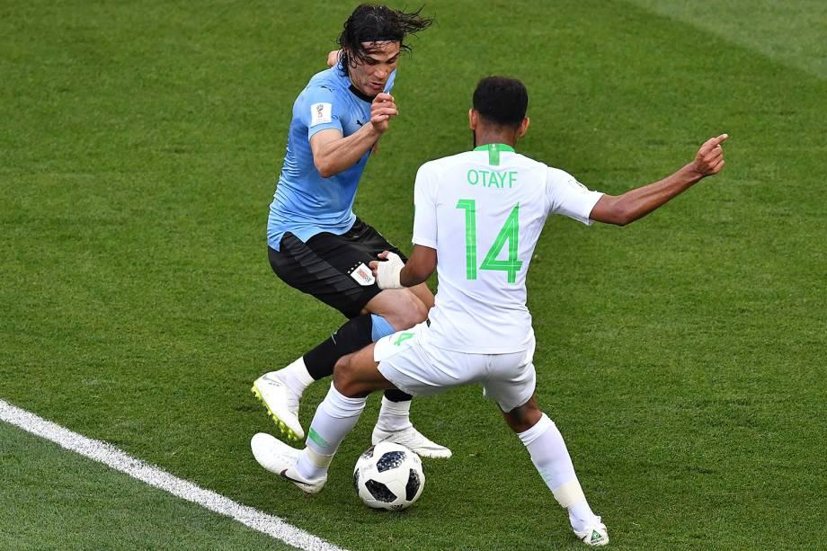 Cavani, do Uruguai, da um drible por entre as pernas do meio-campista Abdullah Otayf, da Arábia Saudita
