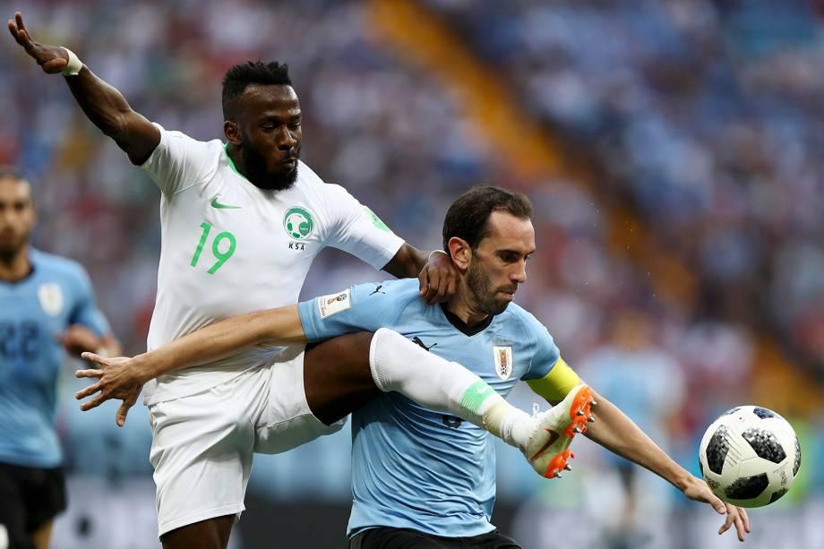 O uruguaio, Diego Godin, protege a bola do saudito Fahad Almuwallad