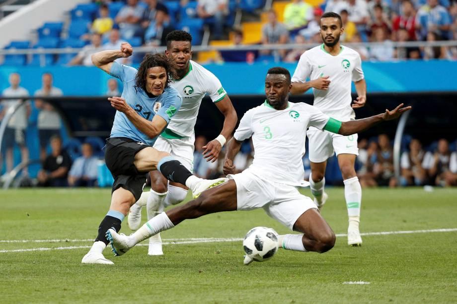 Edinson Cavani, do Uruguai, arrisca um chute ao gol da Arábia Saudita durante o confronto do Grupo A da Copa do Mundo Rússia