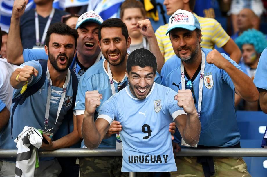 Torcedores do Uruguai com uma figura do atacante Suarez comemoram o gol marcado contra a Arábia Saudita no estádio Rostov Arena