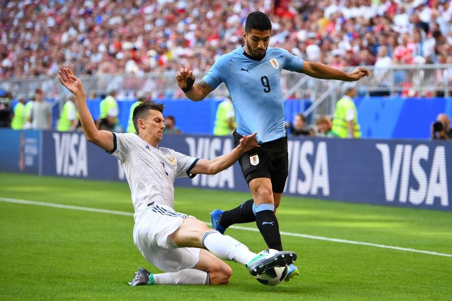 Luís Suárez do Uruguai é marcado pelo russo Ilya Kutepov, em partida válida pela terceira rodada do grupo A em Samara - 25/06/2018