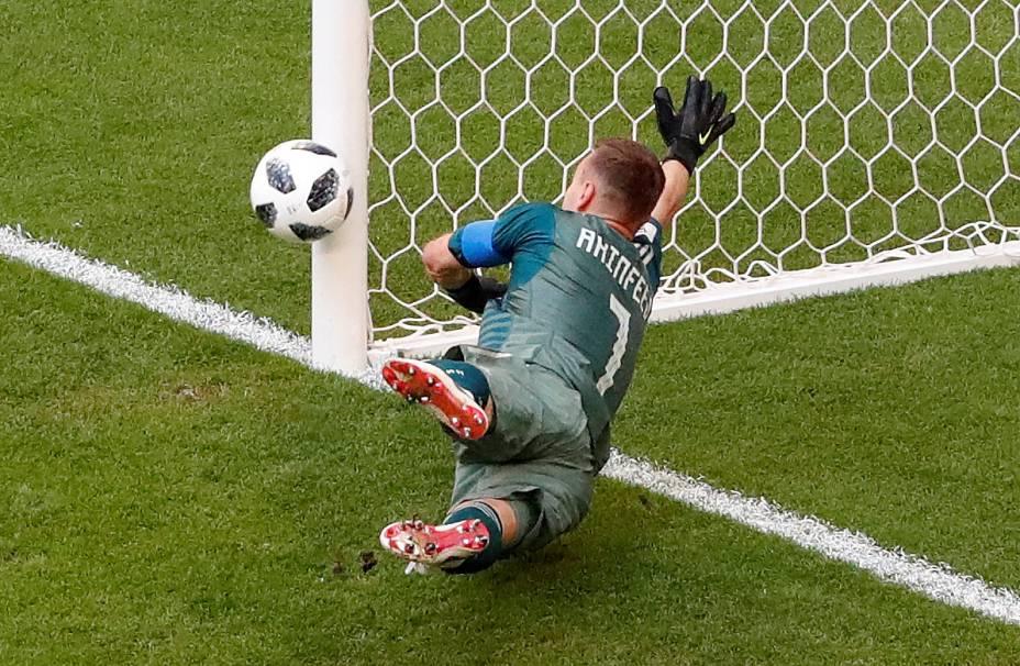 O goleiro russo Igor Akinfeev não consegue evitar o segundo gol do Uruguai após chute de Diego Laxalt - 25/06/2018