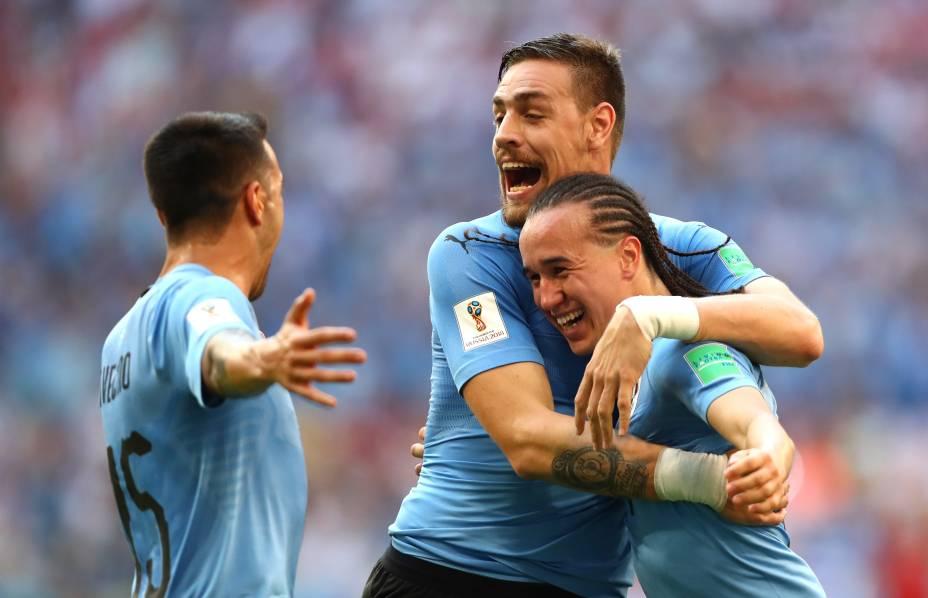 Diego Laxalt comemora com companheiros de equipe depois de marcar o segundo gol do Uruguai contra a Rússia em Samara - 25/06/2018