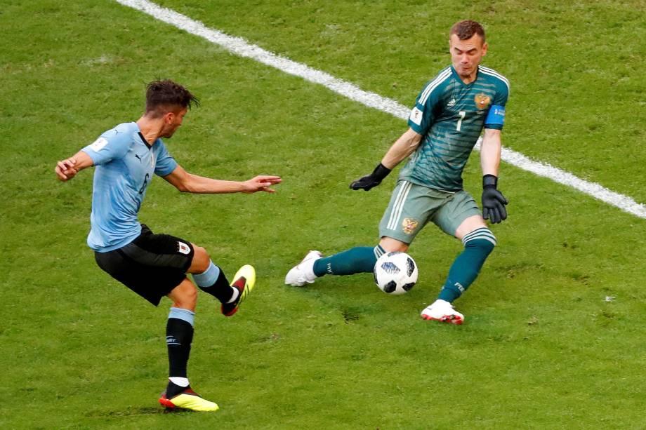 Rodrigo Bentancur, do Uruguai, perde uma chance de marcar após defesa do goleiro russo Igor Akinfeev, durante partida válida pelo grupo A em Samara - 25/06/2018