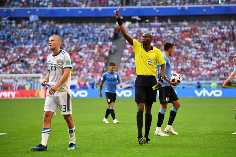 Igor Smolnikov da Rússia recebe o cartão vermelho do árbitro Malang Diedhiou na partida contra o Uruguai, na arena Samara - 25/06/2018