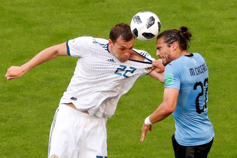 Artem Dzyuba em ação com Martin Caceres do Uruguai, em partida válida pela terceira rodada do grupo A, na arena Samara - 25/06/2018