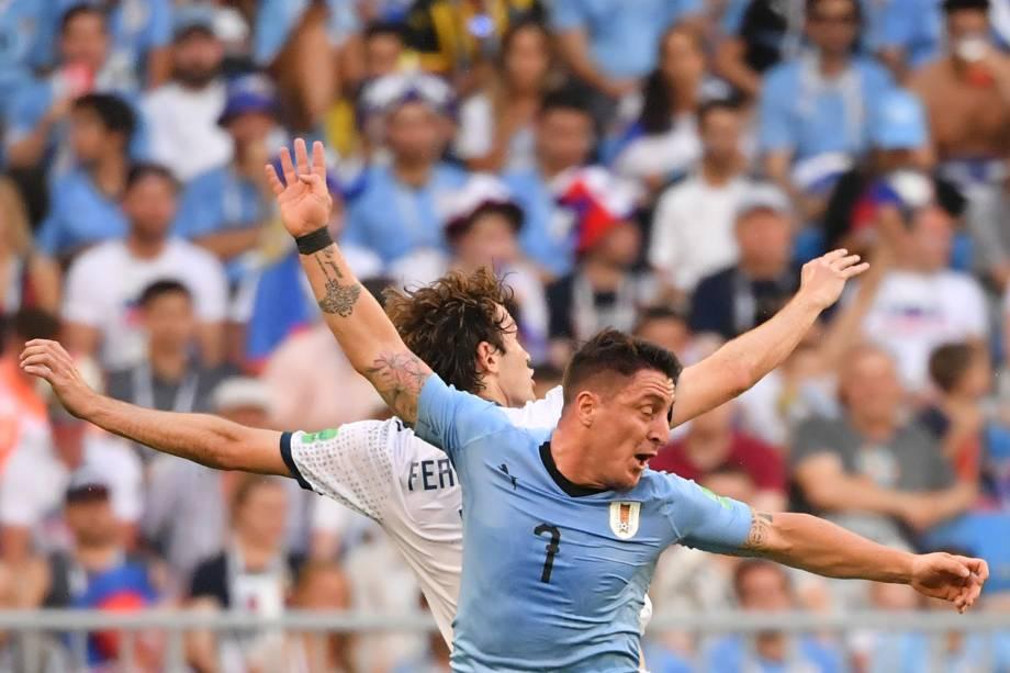 Cristian Rodríguez, do Uruguai, disputa com Mario Fernandes, da Rússia, em partida válida pela terceira rodada do grupo A na arena Samara - 25/06/2018