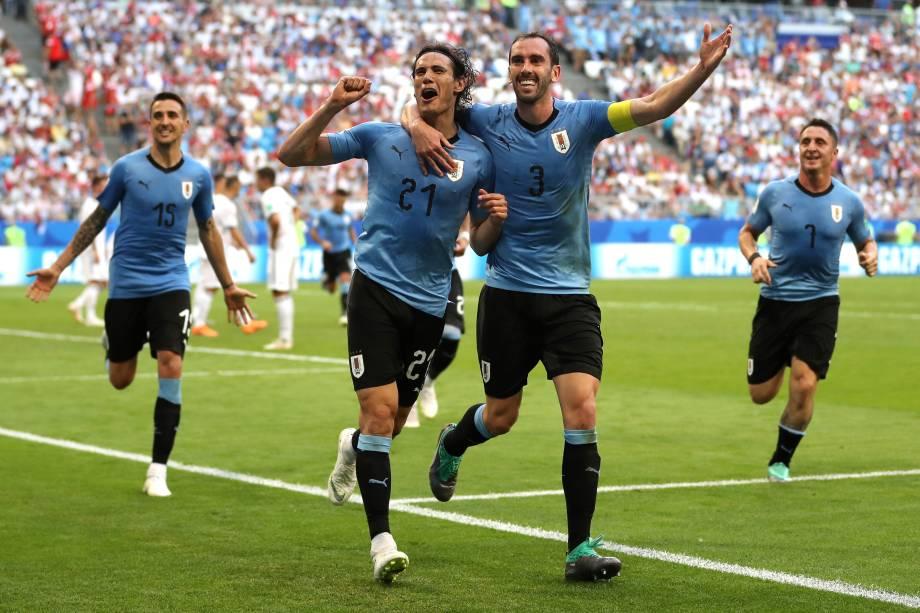 O atacante Edinson Cavani e o zagueiro  Diego Godín comemoram o terceiro gol do Uruguai na partida contra a Rússia, válida pela terceira rodada do grupo A na arena Samara - 25/06/2018