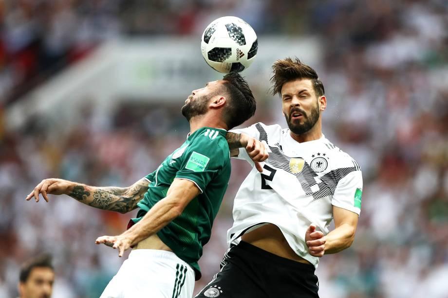 Miguel Layun (esq) e Marvin Plattenhardt (dir), disputam bola durante partida entre Alemanha e México, válida pela primeira rodada do grupo F da Copa do Mundo, realizada no Estádio Luzhniki, em Moscou - 17/06/2018