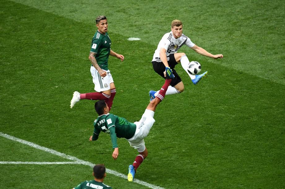 Timo Werner disputa bola com Hugo Ayala durante partida entre Alemanha e México, válida pela primeira rodada do grupo F da Copa do Mundo, realizada no Estádio Luzhniki, em Moscou - 17/06/2018