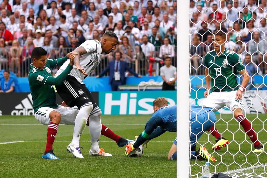 Manuel Neuer da Alemanha defende jogada de Jesus Gallardo - 17/06/2018