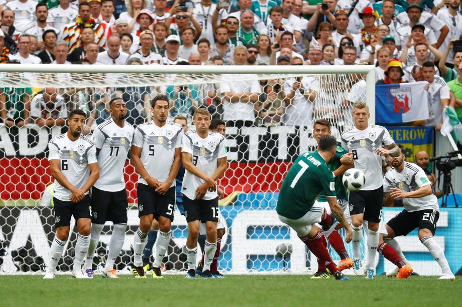 Miguel Layun chuta para o gol em tiro livre - 17/06/2018