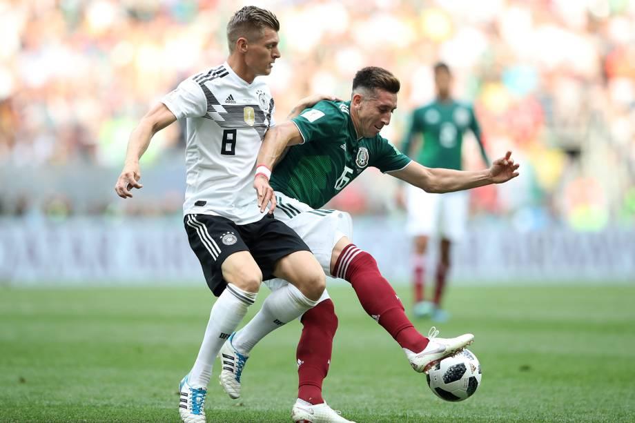Hector Herrera disputa a bola com Toni Kroos da Alemanha - 17/06/2018