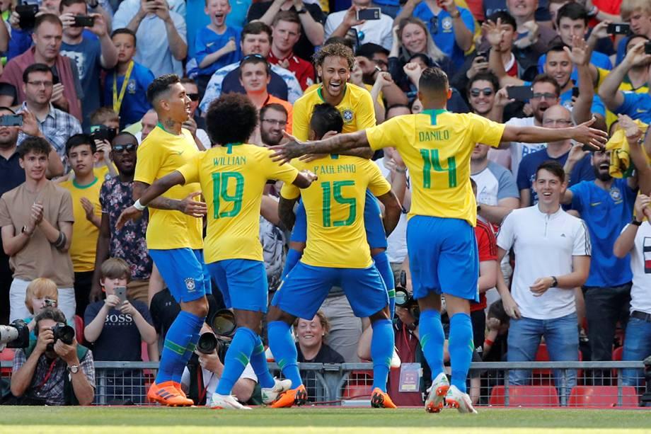 Neymar comemora gol com seus companheiros de time durante amistoso contra a Croácia - 03/06/2018
