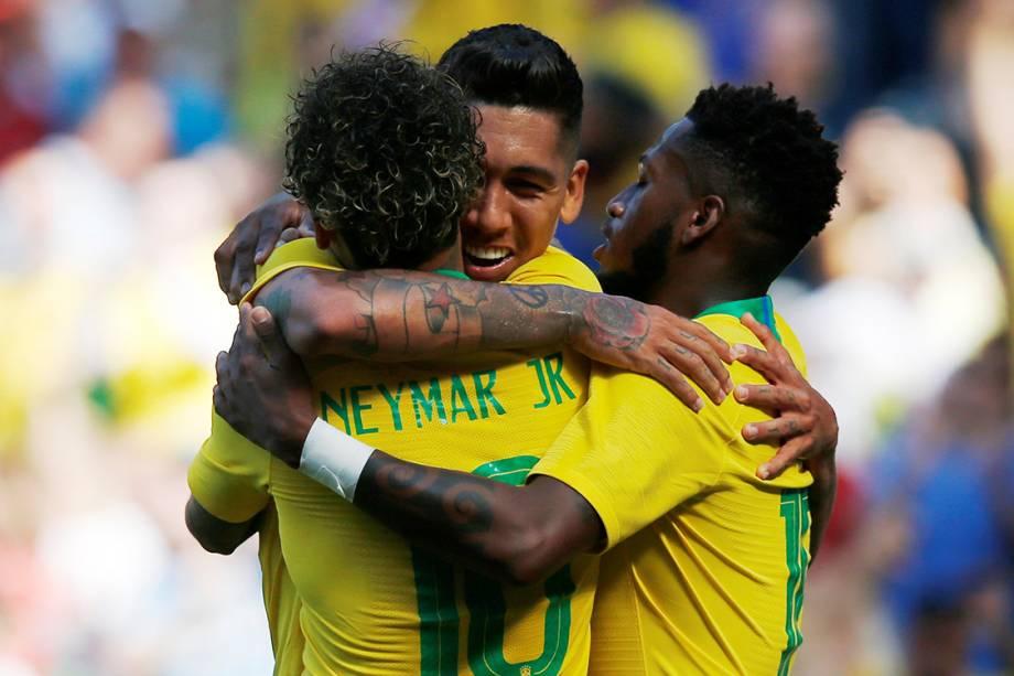 Roberto Firmino comemora segundo gol com Neymar e Fred durante amistoso contra a Croácia em Liverpool, Inglaterra - 03/06/2018