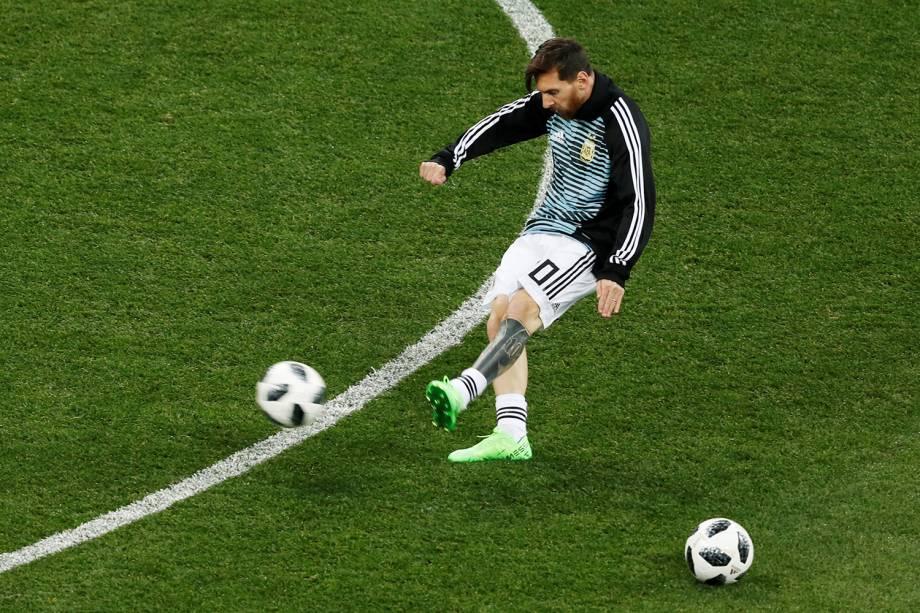 Lionel Messi da Argentina se aquece antes de partida contra a Croácia no estádio Nizhny Novgorod na Rússia - 21/06/2018