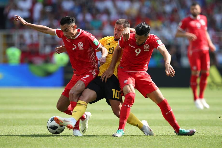 Saif-Eddine Khaoui e Anice Badri da Tunísia bloqueiam Eden Hazard durante jogada - 23/06/2018