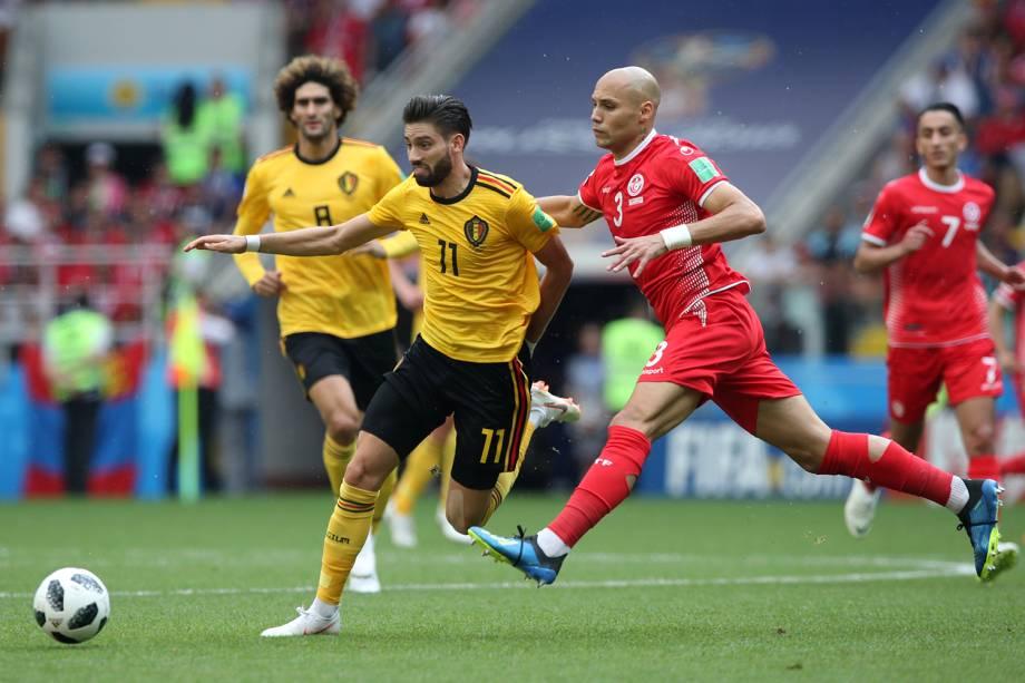 Yannick Carrasco da Bélgica disputa a bola com Yohan Benalouane da Tunísia - 23/06/2018