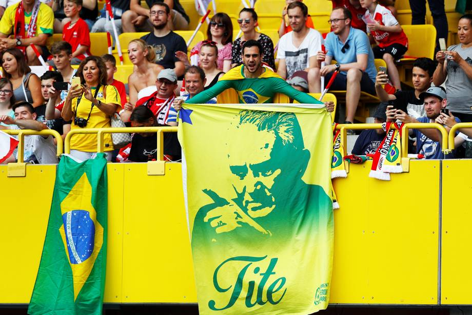 Torcedor exibe bandeira com o rosto do técnico da Seleção Brasileira, Tite, antes do amistoso contra a Áustria - 10/06/2018