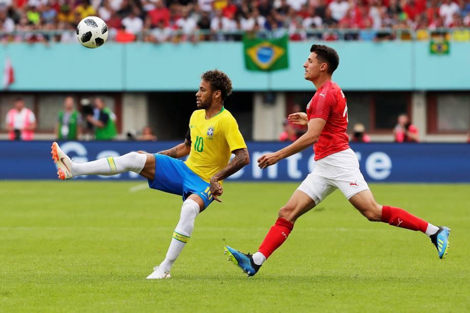 Neymar (esq) durante amistoso entre Brasil e Áustria, realizado em Viena - 10/06/2018