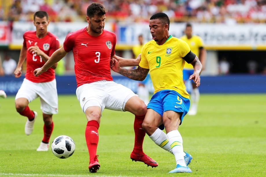 Gabriel Jesus (dir) disputa bola com Aleksandar Dragovic (esq), durante partida amistosa entre Brasil e Áustria, realizada em Viena - 10/06/2018
