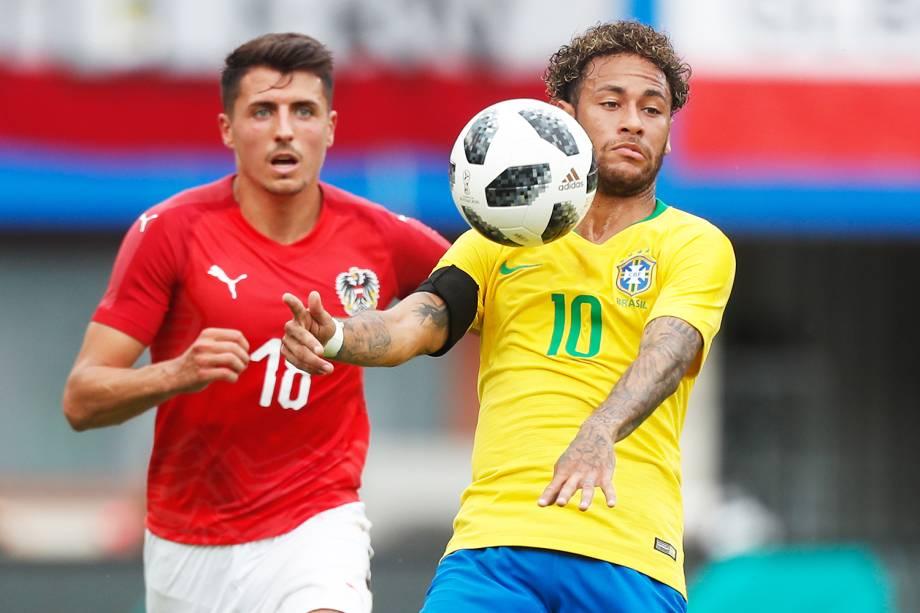 Neymar (dir) disputa bola com Allessandro Schopf (esq), durante partida amistosa entre Brasil e Áustria, realizada em Viena - 10/06/2018