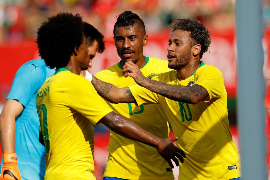 Jogadores da Seleção Brasileira se abraçam após Neymar marcar o segundo gol contra a Áustria - 10/06/2018