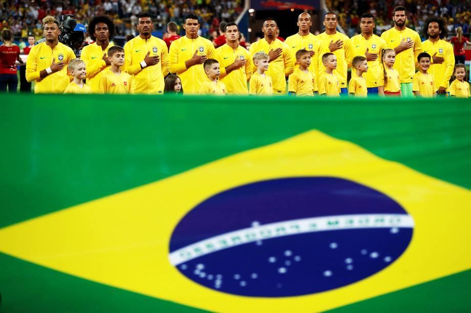 Seleção Brasileira perfilada durante a execução do Hino Nacional, antes de partida contra a Suíça - 17/06/2018