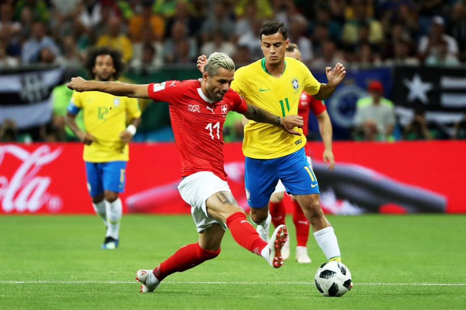 Valon Behrami e Philippe Coutinho disputam bola durante partida entre Brasil e Suíça, válida pelo grupo E da Copa do Mundo da Rússia, na Arena Rostov - 17/06/2018