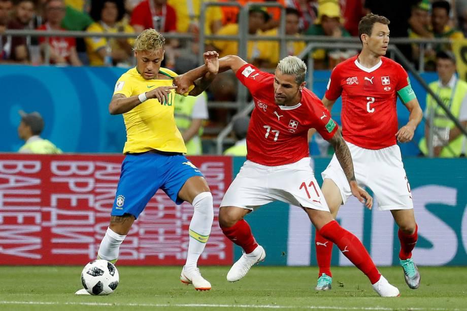 Neymar disputa bola com Valon Behrami, durante partida entre Brasil e Suíça, válida pelo grupo E da Copa do Mundo, realizada na Arena Rostov - 17/06/2018