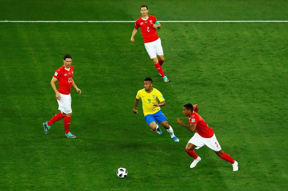 Gabriel Jesus corre para dominar bola durante marcação de Manuel Akanji, Stephan Lichtsteiner e Fabian Schar da Suíça - 17/06/2018