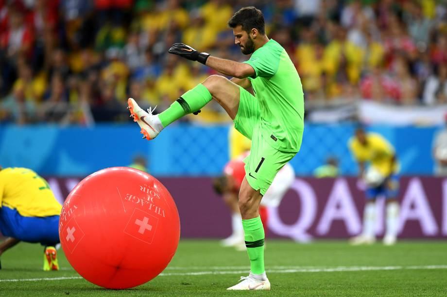 O goleiro da Seleção Brasileira, Alisson, estoura balão inflável durante partida contra a Suíça, válida pela fase de grupos da Copa do Mundo - 17/06/2018