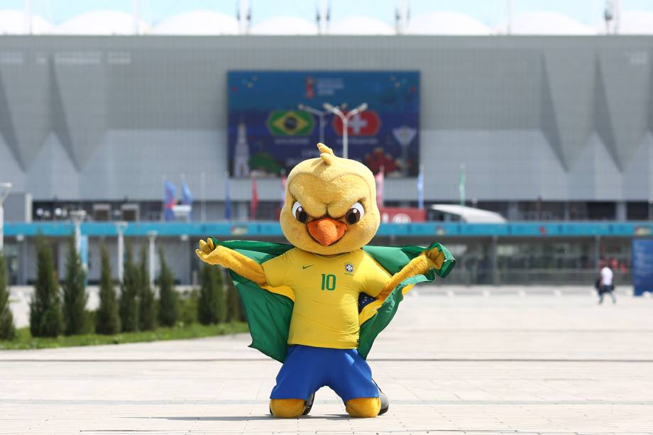 Canarinho Pistola posa para foto na frente da Arena Rostov, antes da partida entre Brasil e Suíça - 17/06/2018