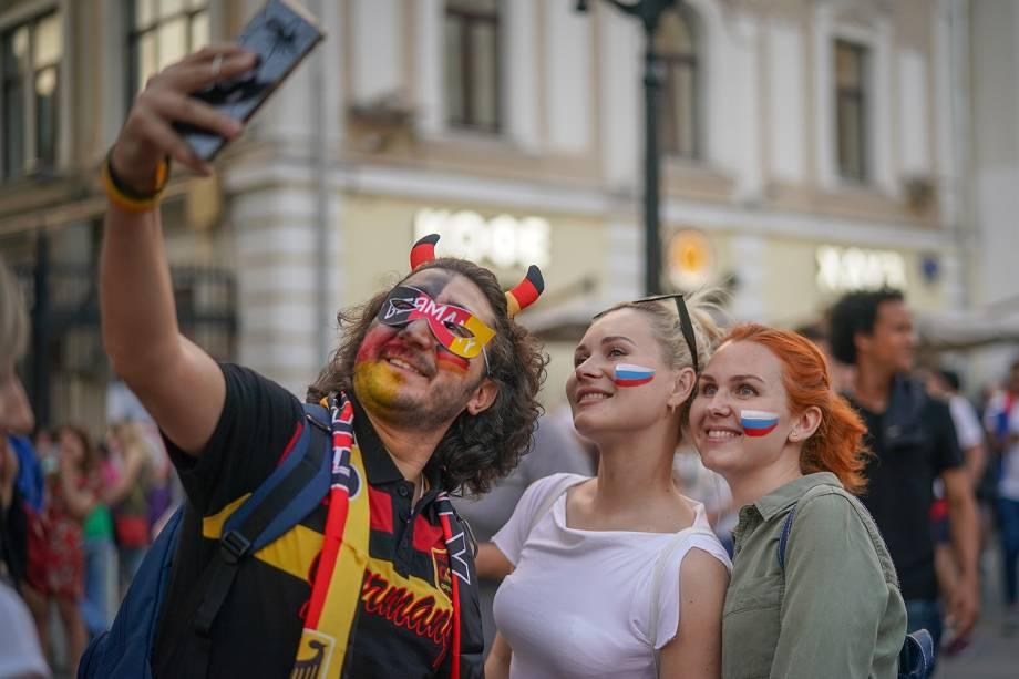Torcedor alemão faz selfie com torcedoras russas próximo da Praça Vermelha, em Moscou - 17/06/2018