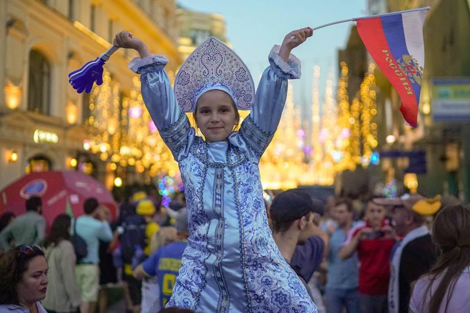 Torcedora mirim russa participa de concentração próxima da Praça Vermelha, em Moscou, durante a Copa do Mundo - 17/06/2018