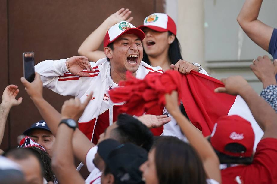 Torcedores do Peru cantam na Praça Vermelha, em Moscou, durante o primeiro dia da Copa do Mundo - 15/06/2018