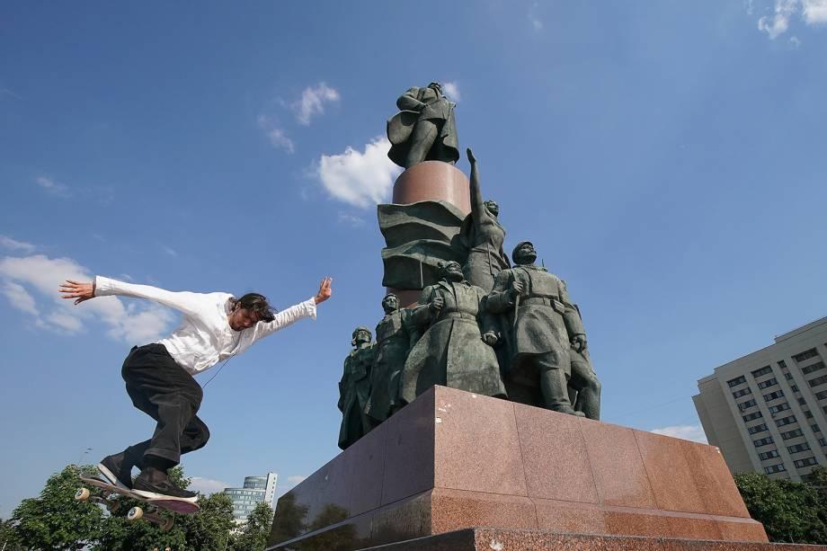 Skatista realiza manobras próximo da estátua do ex-líder soviético Lenin, na Praça Kaluzhskaya, em Moscou - 18/06/2018