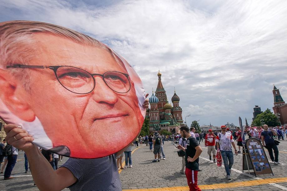 Homem carrega retrato gigante do empresário polonês na Praça Vermelha, em Moscou, antes da partida entre Polônia e Senegal - 19/06/2018