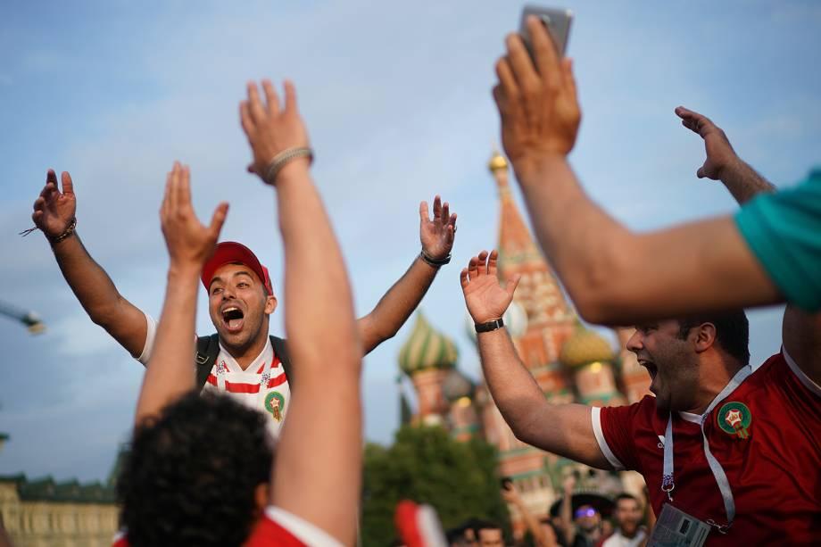 Torcedores marroquinos cantam na Praça Vermelha, em Moscou - 19/06/2018