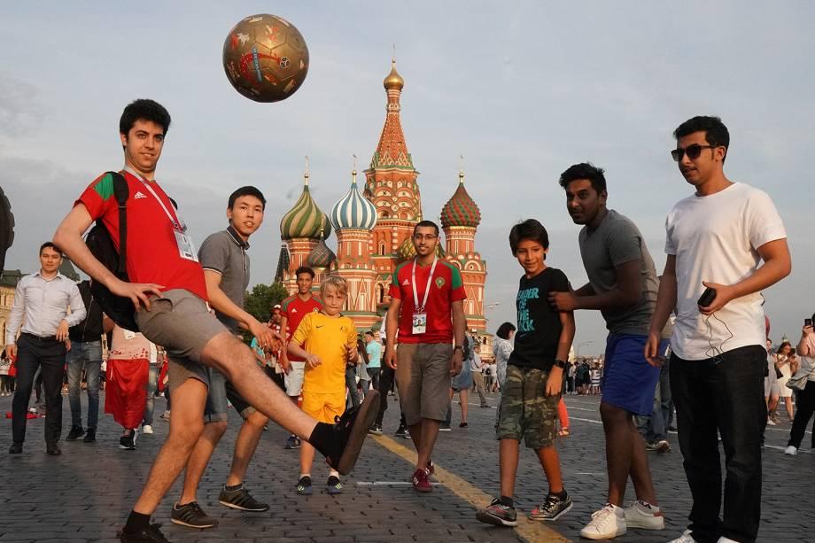 Australianos e marroquinos brincam com bola na Praça Vermelha, em Moscou - 19/06/2018