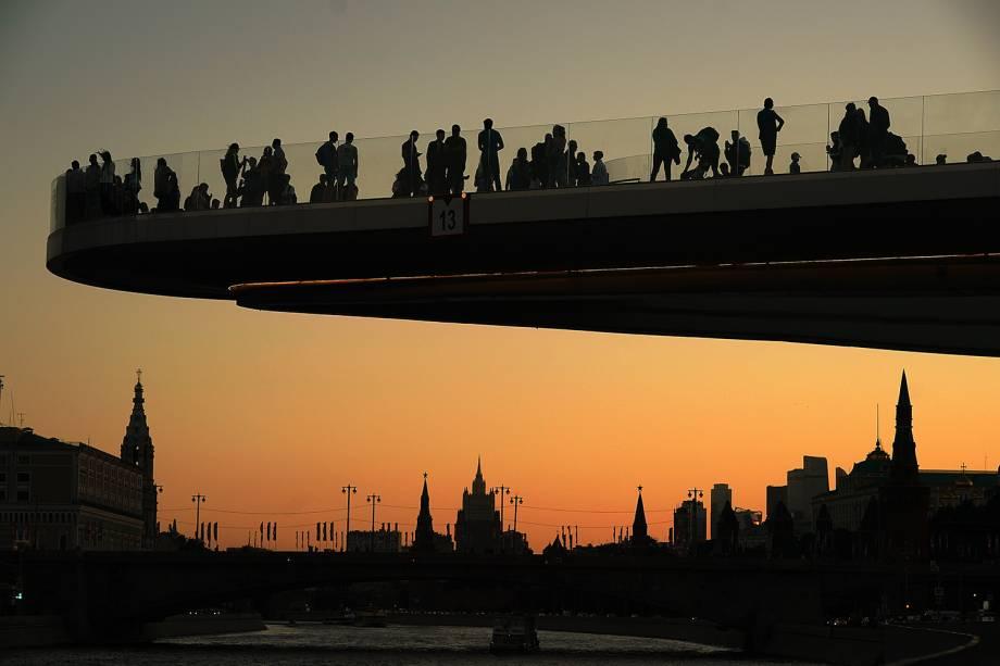 Público acompanha por-do-sol em observatório localizado próximo do Rio Moscou - 20/06/2018