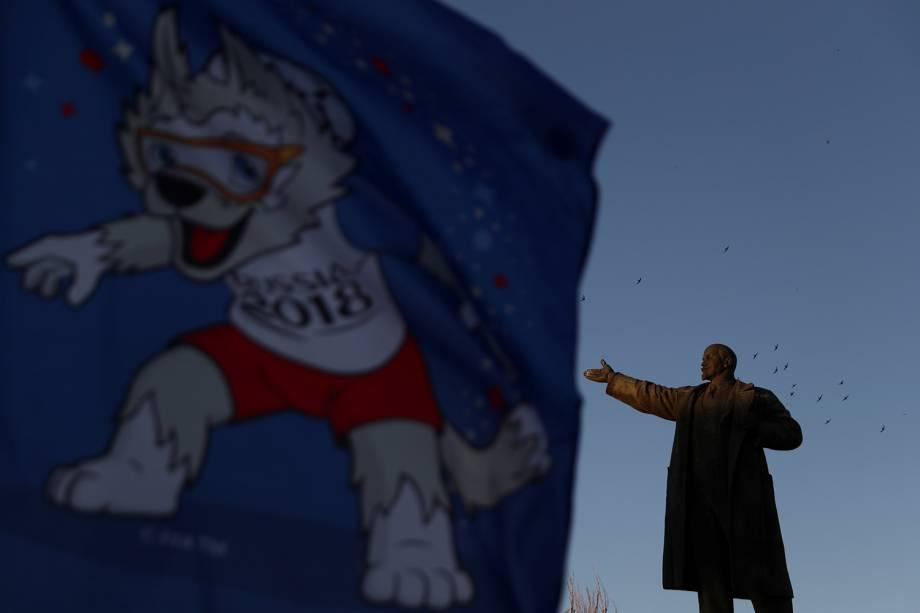 Bandeira com o mascote Zabivaka é vista próxima de estátua de Vladimir Lenin - 20/06/2018